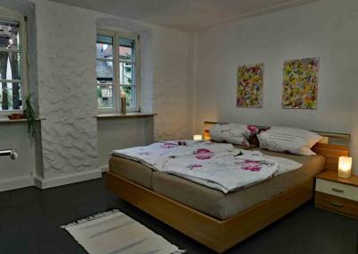 komprimiert-08-FeWo-1-Mellrichstadt-Schlafzimmer-rechts-FerienWohnung-Hauptstrasse-1-Michael-Meyer