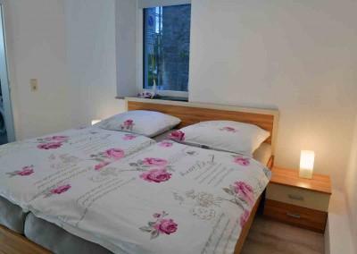 komprimiert-09-FeWo-1-Mellrichstadt-Schlafzimmer-links-FerienWohnung-Hauptstrasse-1-Michael-Meyer - Kopie